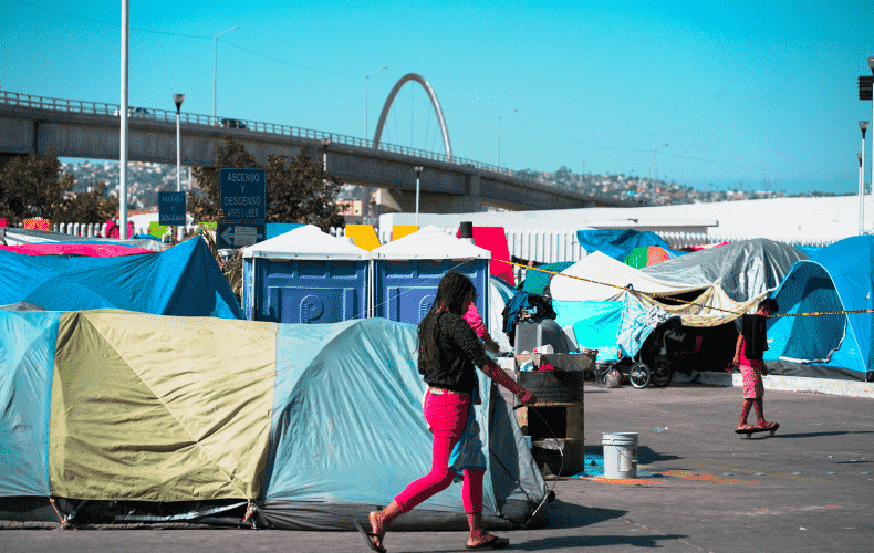 10,000 migrants camp out at southern U.S. border